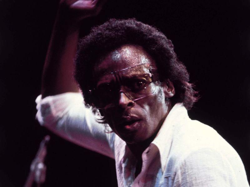 Miles Davis sur scène lors d'un concert à l'Ahmonson Theatre, Los Angeles, 1973